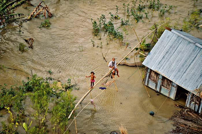 Casa inundada en el sur de Dacca, Bangladesh