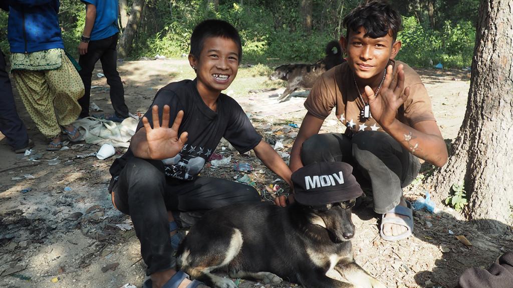 A pesar de las dificultades, perros y niños viven en perfecta harmonía en esta pequeña comunidad.