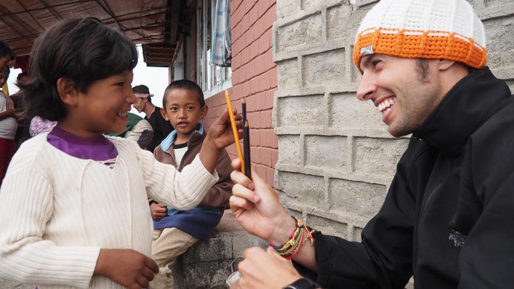 Repartiendo ropa, colores y bolígrafos entre los niños y niñas de Sherpagaon