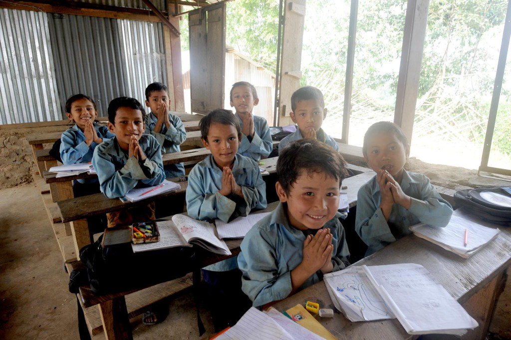 Estudiantes en una escuela temporal